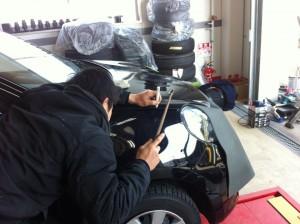 フロントフェンダーの凹みポンチングでの修復作業【デントリペアサツカ】