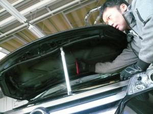 ボンネットの骨の上にある凹み ハンドツールでの修復作業【デントリペア札幌】